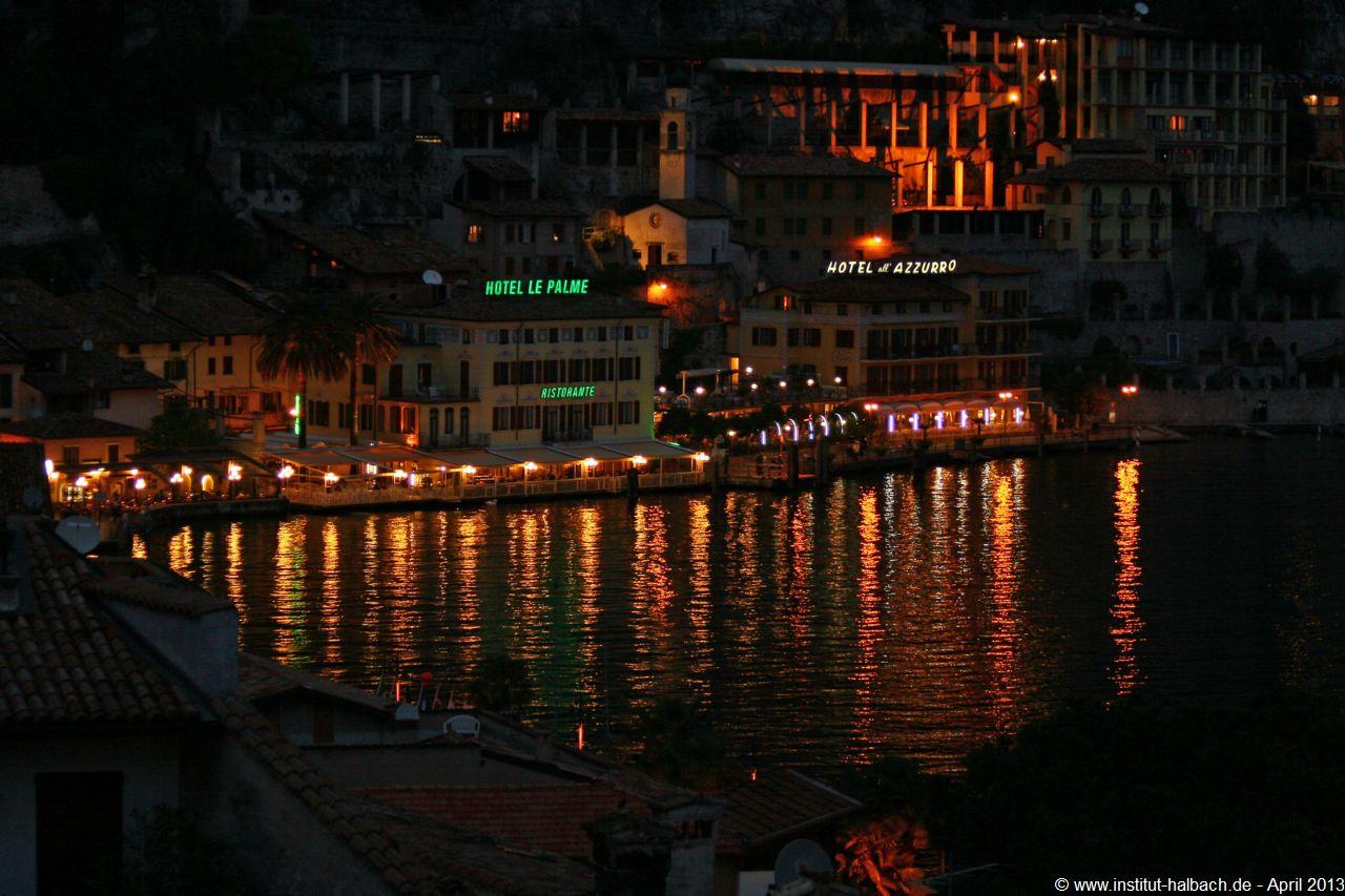 Blick vom Hotel Alla Noce des Nachts auf das Hotel le Palme und Azzurro